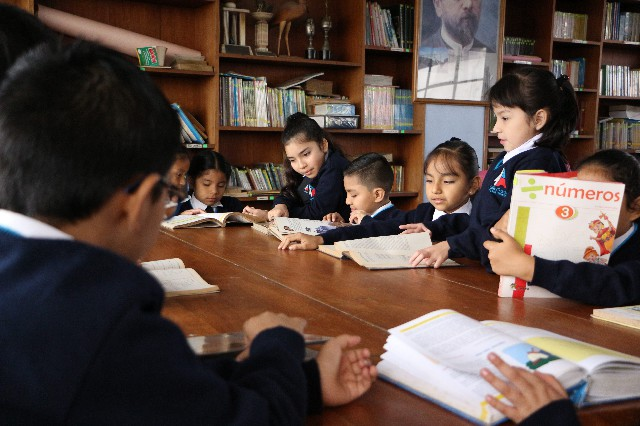 niños en biblioteca