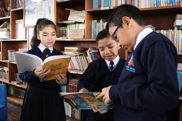 niños leyendo en biblioteca