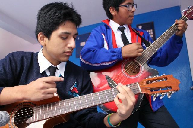niños tocando guitarra